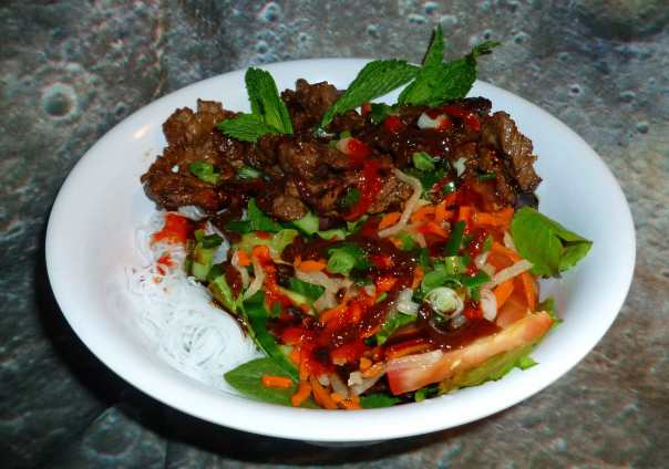 Steamed Rice Vermicelli Salad Bowls with Beef
